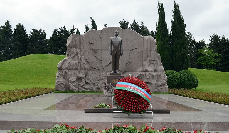 Defense Ministry's leadership pay tribute to memory of National Leader