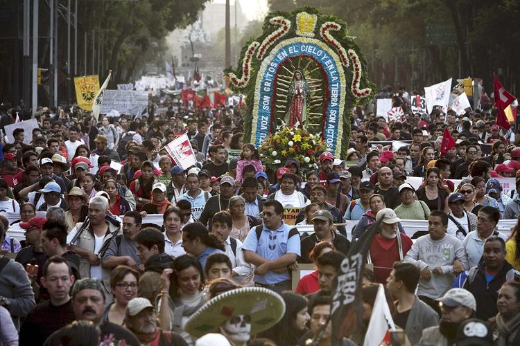 Crowds of people protesting the Ayotzinapa killings